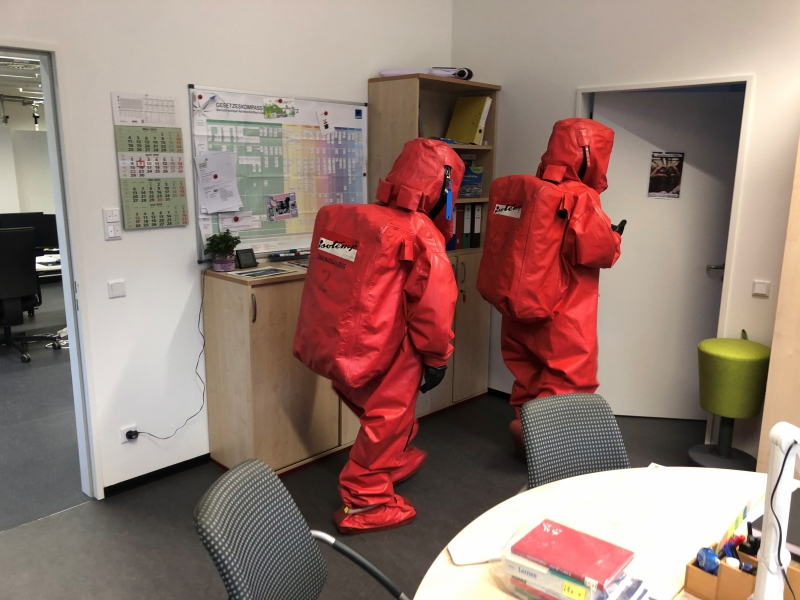 Vorgehen eines Trupps unter Chemikalienschutzanzug